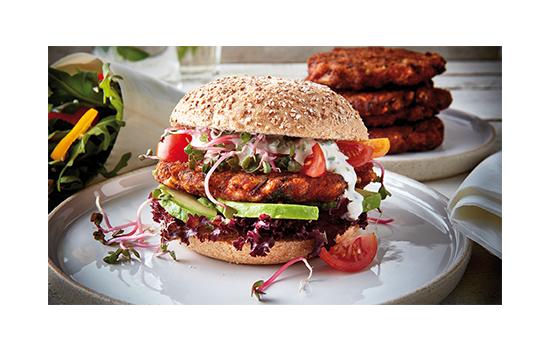 Un steak de burger végétarien aux accents méditerranéens