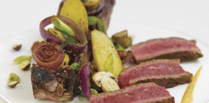 Côte de boeuf grillée à la fleur de sel, champignons de Paris et petites rattes grillées au persil et à l'ail, vinaigrette à la noisette