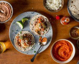 Tacos Chiles Rellenos aupoulet à la sauce tomate épicée à la sauce Tabasco Rouge